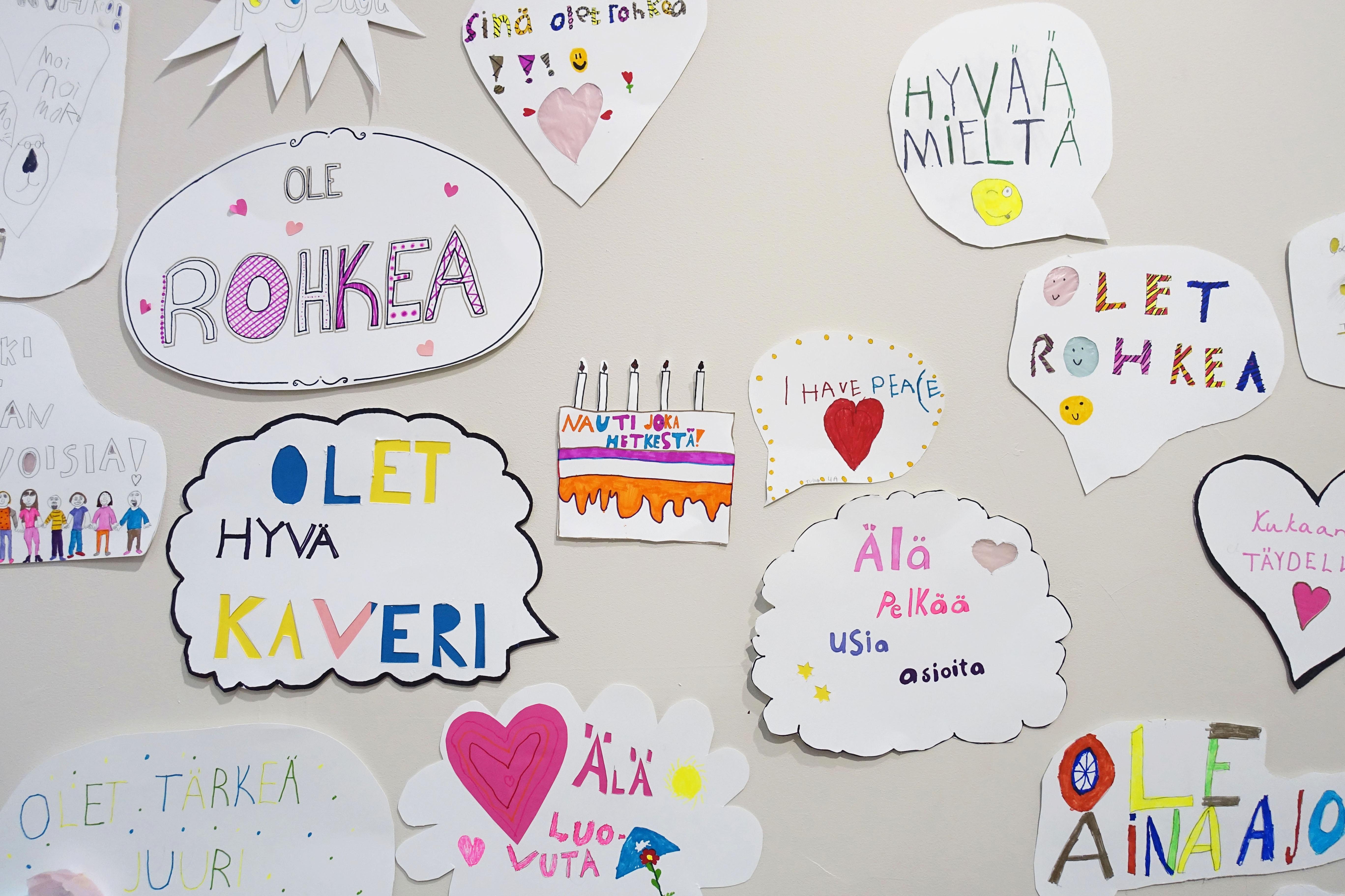 Porin taidekoulun oppilaiden Hyvän mielen mielenosoituksia Porin taidemuseossa